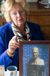 Oorlog in mijn Buurt, leerlingen van de Eloud interviewen mevrouw Rohl over  de oorlogsgeschiedenis van haar familie, 17 maart 2015, foto: Katrien Mulder
