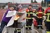 Jubiläumsfeier 100 Jahre Bezirksfeuerwehrverband Gäu am 9.September 2017 in Neuendorf. André Müller von der FW Niederbuchsiten zeigt einer Besucherin die korrekte Anwendung einer Feuerlöschdecke.