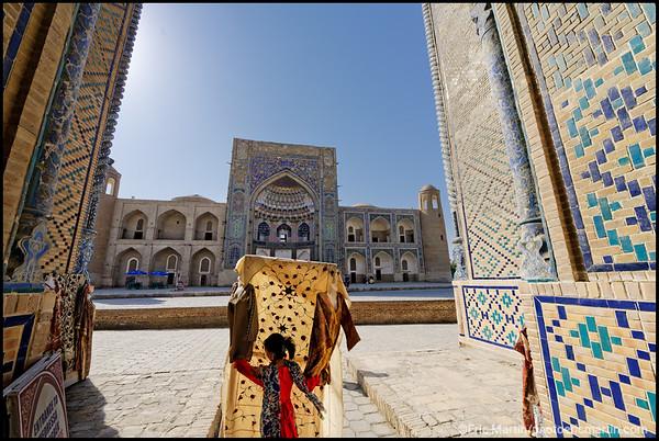 OUZBEKISTAN. VILLE DE BOUKHARA. La madrasa d'Abdoullaziz Khan vu depuis l'entrée de la madrasa d'Ulugh Beg, l'une des madrasas les plus anciennes d'Asie centrale (1417-1420)