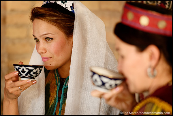 OUZBEKISTAN. VILLE DE KHIVA. Portrait 'une jeune femme ouzbek Malika dans le salon de thé Farrukh Thaikhana