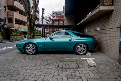 Porsche 928 in Akasaka. Fisrt it was in the beautofu trash collection as probably most them are trash by now.