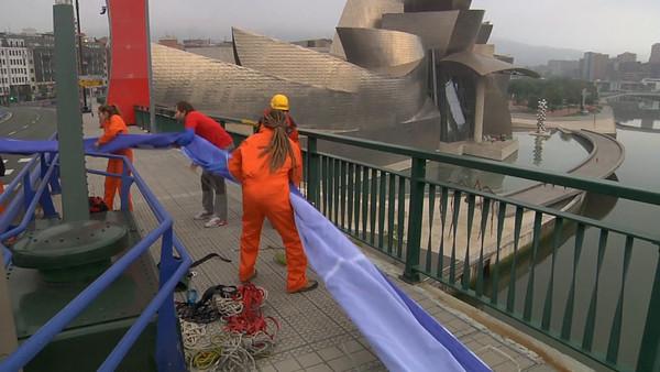Desplegamos una pancarta de 250 m2 en Bilbao para pedir la protección de los océanos