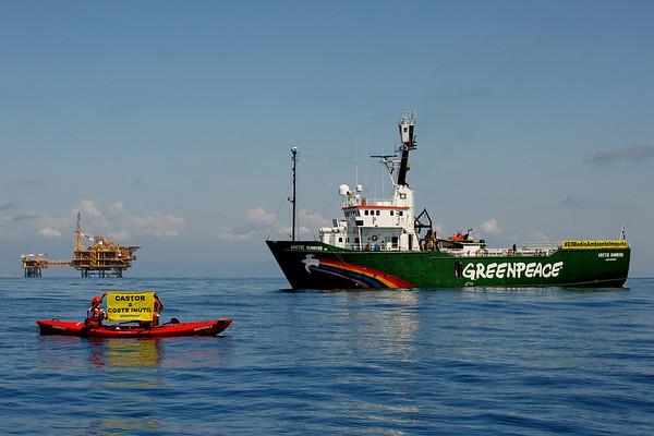 Activistas de Greenpeace a bordo del Arctic Sunrise denuncian el despilfarro de dinero público del almacén de gas Castor