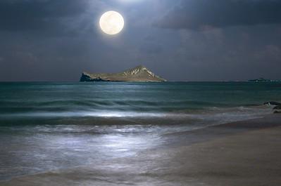 Full moon rising over Manana Island (Rabbit Island) off the coast of Waimanalo Beach, Oahu, Hawaii