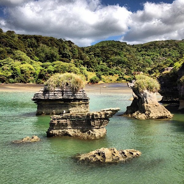 Cruising the pancake rocks / limestone stacks of Ragland Harbor #newzealand
