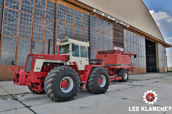 1987 International Harvester 1482 Combine and 4166 Tractor