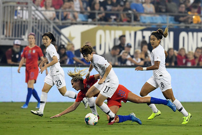 #20 Allie Long and #11 Moon Mira