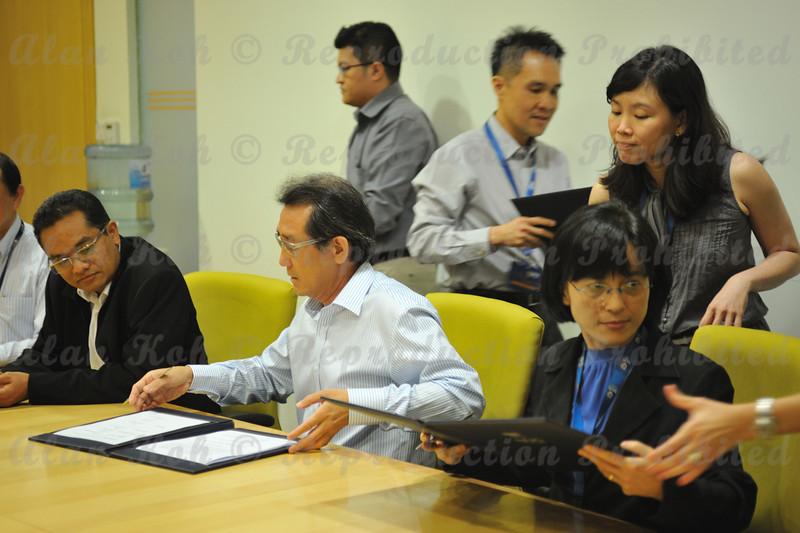 2012 ESU NUS Signing of CA - 35