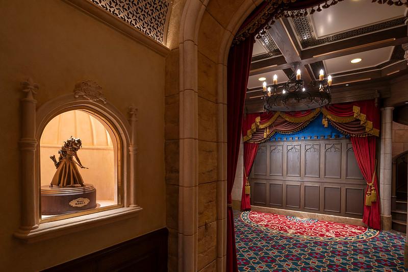 hong kong disneyland castle of magical dreams interior (3)