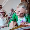 Dochter Amaya tijdens het tekenen van het aanwezigen boek op de huldiging gouden bruiloft op stadhuis - 5 juli 2014 - Menen