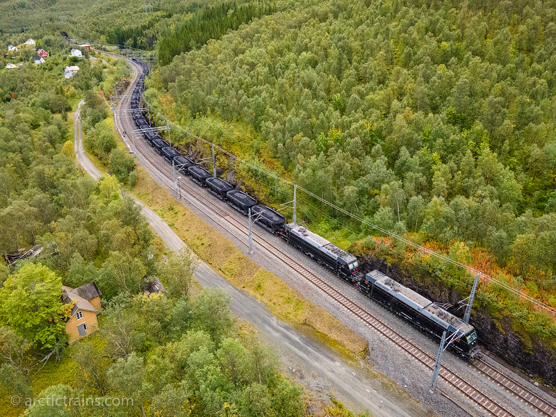 Kaunis / Rail Care, Traxx 185-416-6 and 185 414-1  locomotives, 36 Helix dump loaded ore waggons in service 42602 through Straumsnes st. 2020-09-04 13:23 (Aerial photo: Terje Storjord)