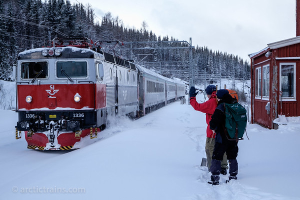 SJ SSRT Rc6 1336 in service 95 from Narvik to Boden surprisingly halt at the abandoned Straumsnes st. to pick up two elderly passengers for their Easter holiday at Bjornfjell.  Photo 2016-03-18  10:48 by Terje Storjord