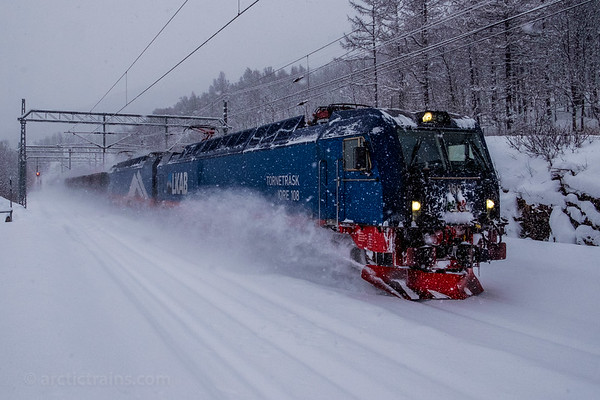 LKAB Iores and loaded F050s plow through heavy snowfall at Straumsnes st. towards Narvik 2016-03-23 16:50. Photo: Terje Storjord.