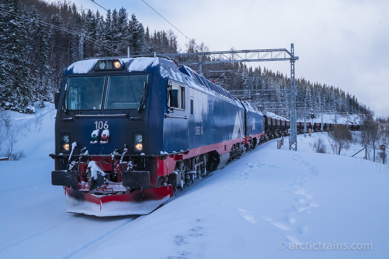 LKAB Iore 106 + ? and F050s slows down for train crossing at Straumsnes st. 2016-03-18 11:51. Photo by Terje Storjord