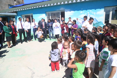 """2018 оны наймдугаар сарын 09. Монгол Улсын Ерөнхий сайд У.Хүрэлсүх өнөөдөр  """"Зөв амьдрах ухаан"""" төвд ажиллан, тэнд амьдарч байгаа иргэд болон 24 цагийн цэцэрлэгт хүмүүжиж байгаа хүүхэд багачуудтай уулзав.  """"Зөв амьдрах ухаан"""" төрийн бус байгууллага нь орон гэргүй, орц, траншейнд амьдардаг, архи, мансууруулах бодисонд донтсон, хорих ангиас суллагдсан, өнчин, ядуу, орох оронгүй, хөдөлмөрийн бэрхшээлтэй иргэдэд сэтгэл зүйн болон ажил хөдөлмөр эрхлэх сургалт явуулж, нийгэмд эзлэх байр сууриа дахин олоход нь тусалдаг юм.  Байгууллагын тэргүүн Г.Загдаагийн танилцуулснаас үзвэл тус төв 250 орчим иргэнийг дахин нийгэмшихэд нь ямар нэг байдлаар туслаж дэмжжээ. Өнөөдрийн байдлаар энэ төвд 0-72 насны 100 гаруй иргэн ажиллаж, амьдарч байгаагийн цөөнгүй нь цэцэрлэг, сургуулийн насны хүүхэд байна.  Жирийн иргэн сайн дураараа эмзэг бүлгийн иргэдийг асарч халамжлан, нийгэмшүүлж, ажил хөдөлмөр эрхлэхэд нь туслаж байгаад Ерөнхий сайд У.Хүрэлсүх байгууллагын тэргүүнд талархал илэрхийлэв.    """"Зөв амьдрах ухаан"""" төрийн бус байгууллага орон нутгийн захиргааны байгууллагатай гэрээ байгуулан гүйцэтгэсэн ажлын хөлс болох 243 сая төгрөгөө авч чадалгүй багагүй хугацаа өнгөрчээ. Энэ талаар нийслэл, дүүрэг, холбогдох байгууллагад нь олон удаа хандаж, эрх мэдэл бүхий хүмүүстэй уулзсан ч ямар ч үр дүнд хүрээгүй байна. Ерөнхий сайд У.Хүрэлсүх энэ асуудлыг нь ирэх долоо хоногт багтаан шийдвэрлэхийг Хөдөлмөр, нийгмийн хамгааллын сайд С.Чинзориг, Нийслэлийн Засаг дарга бөгөөд Улаанбаатар хотын захирагч С.Батболд нарт даалгав.  Мөн төвд амьдарч байгаа иргэдийг эрүүл мэндийн үзлэг, оношлогоонд хамруулж, шаардлагатай хүмүүст эмчилгээ хийх арга хэмжээ авахыг Эрүүл мэндийн сайд Д.Сарангэрэлд, нэг хашаанд 10 гаруй гэр байгаа учир галын аюулгүй байдалд нь анхаарах, үйл ажиллагаагаа өргөжүүлэхийн тулд газраа өргөтгөх хүсэлтийг нь судлаж үзэхийг холбогдох дарга нарт үүрэг болголоо. Мөн """"Жаргалтай амьдарч байгаа хэсэг нь зовж байгаа бусдадаа туслах нь хүний эрхэм чанар, үнэт зүйл. Иймээс аль аль талдаа харилца"""