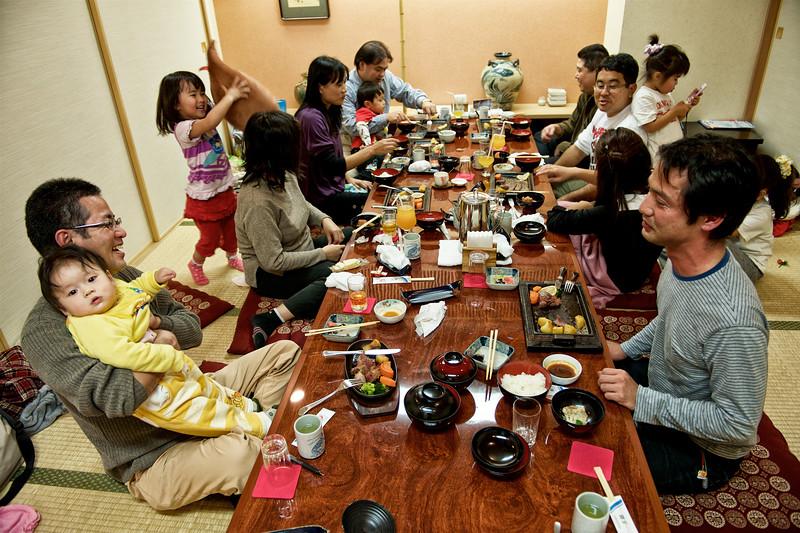 Réunion familiale dans une salle privative d'un restaurant populaire de Naha. Ile d'Okinawa/Japon