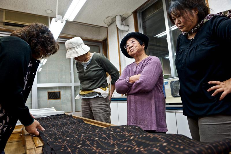 Une tisseuse de 80 ans venue vendre sa pièce de tsumugi (examinée par des acheteuses) à la coopérative de Kume-jima. Ile de Kume/Archipel d'Okinawa/Japon