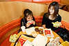 Une mère et sa fille prenant leur déjeuner dans un restaurant d'une grande enseigne fast food américaine à Nago. Ile d'Okinawa/Japon
