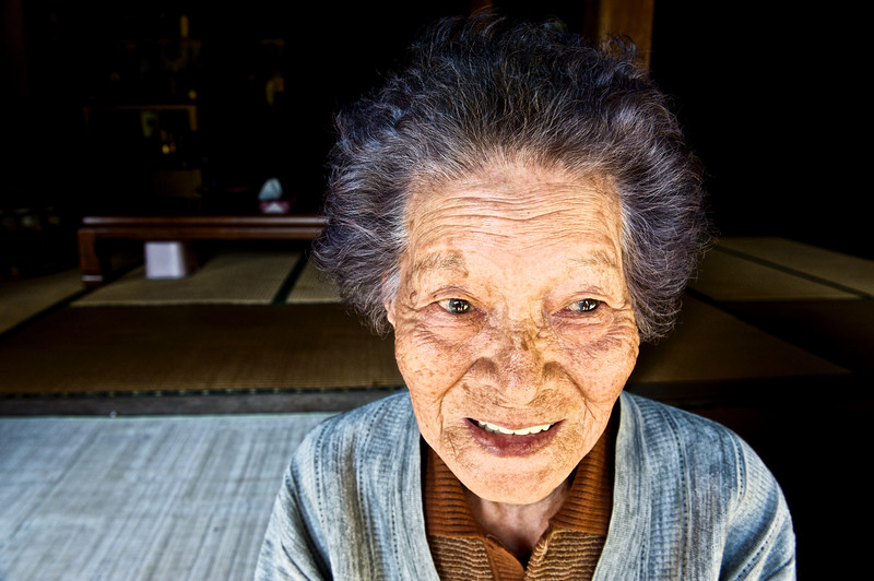 Portrait de Yoshi Hirata (80 ans) dans sa maison de Kume-jima. Ile de Kume/Archipel d'Okinawa/Japon