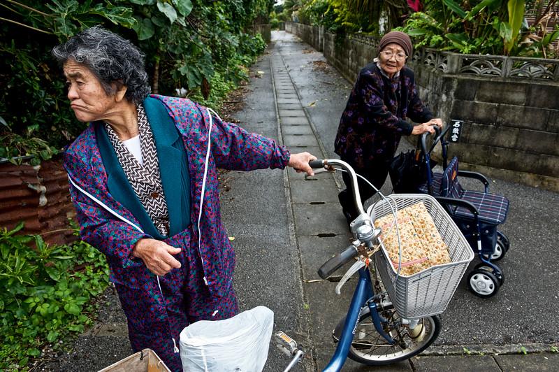 Mme Yamakawa (92 ans/à droite) retrouvant sa voisine et amie Mme Taira (91 ans/à gauche) dans une ruelle du village d'Ogimi. Ile d'Okinawa/Japon