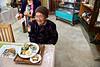 """Mme Yamakawa (92 ans), fidèle cliente du restaurant """"Emi No Mise"""" proposant une cuisine typique d'Okinawa dans le village d'Ogimi. Ile d'Okinawa/Japon"""