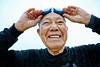Portrait de Fumiyasu Yamakawa (88 ans) lors de son entraînement physique quotidien sur la plage de Naminoue à Naha. Ile d'Okinawa/Japon