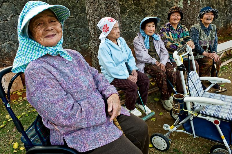 Groupe de femmes agées réunies après leur partie quotidienne de gateball à Kume-jima. Ile de Kume/Archipel d'Okinawa/Japon