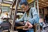 Yoshi Hirata (80 ans) tissant une pièce de tsumugi dans sa maison de Kume-jima. Ile de Kume/Archipel d'Okinawa/Japon