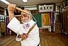 Le maître de kobudo Masahiro Nakamoto (71 ans) réalisant un enchaînement au nunchaku dans son dojo de Naha. Ile d'Okinawa/Japon