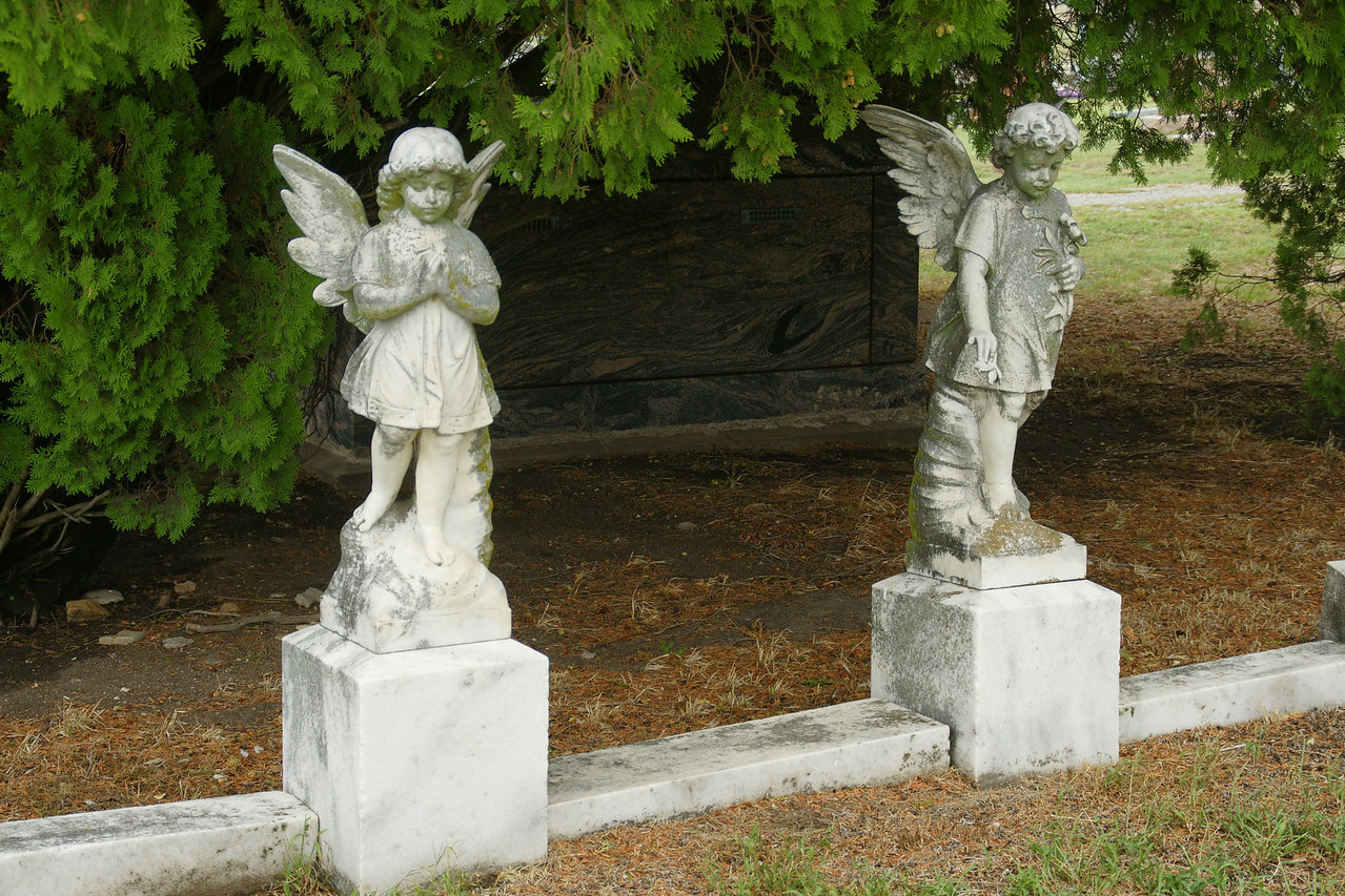 Angel statues in Newkirk Cemetery