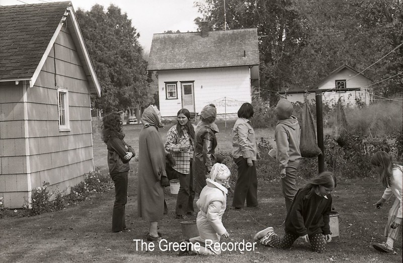 1979 kids cleaning yard 972