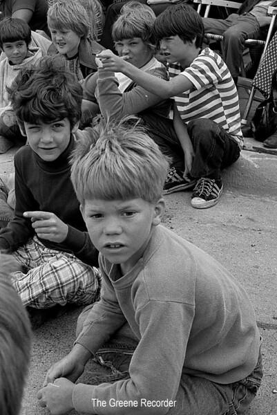 1974 RD Parade 366 Kids spectators