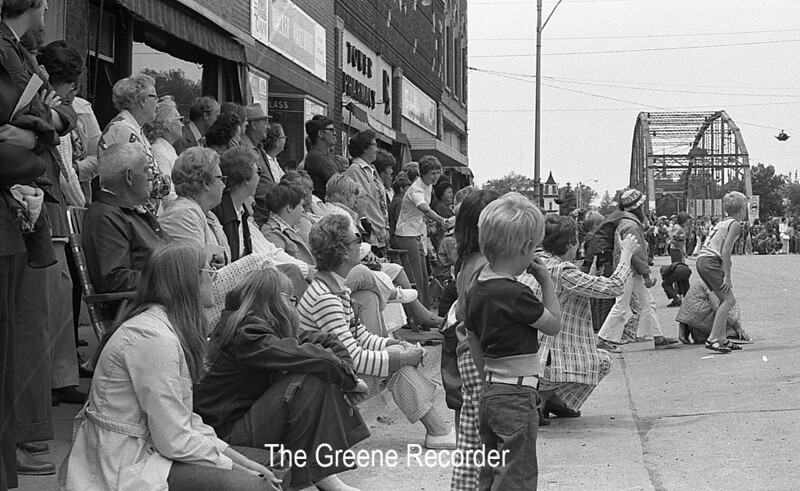 1974 RD Parade 323Spectators