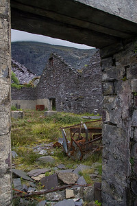 At the Mills level were once many of teh buildings, but only a few reamin after being tidied up.   This large dressing shed still stands together with an abandoned guillotine, used for trimming the slates to size, after splitting.