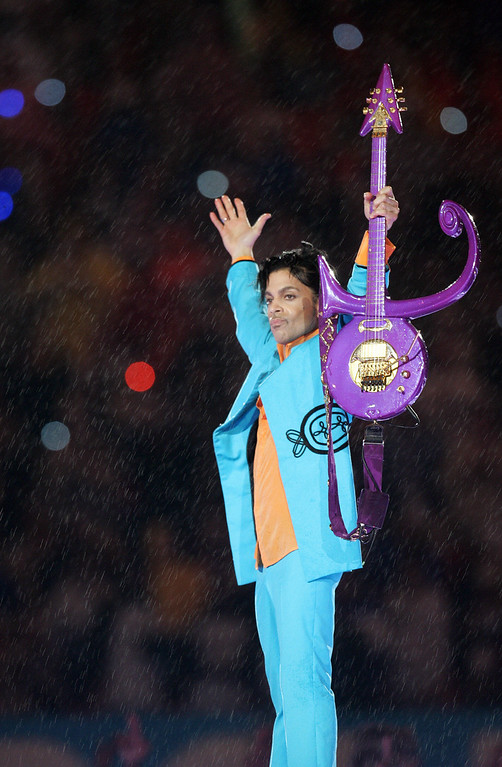 . U.S. musician Prince performs during half-time 04 February 2007 at Super Bowl XLI at Dolphin Stadium in Miami between the Chicago Bears and the Indianapolis Colts.       (Photo by ROBERTO SCHMIDT/AFP/Getty Images)