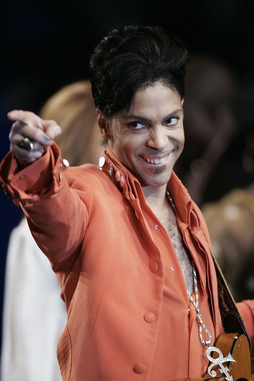 . Recording star Prince performs during a press conference 01 February 2007 at the Super Bowl media center on Miami Beach, Florida. Prince will give the half-time performance at Super Bowl XLI 04 February 2007 when the Chicago Bears face the Indianapolis Colts.   (Photo by ROBERT SULLIVAN/AFP/Getty Images)