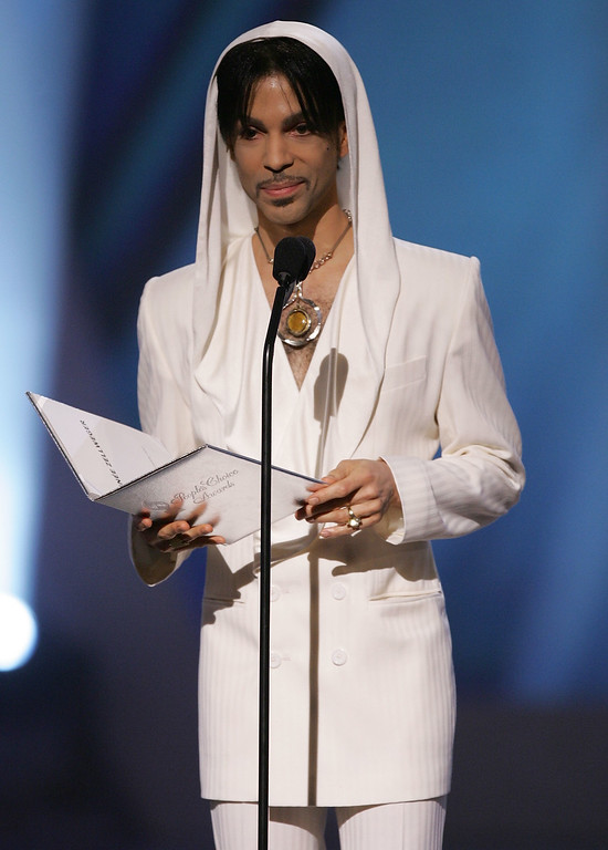 ". Musician Prince presents the award for ""Favorite Leading Lady\"" onstage during the 31st Annual People\'s Choice Awards at the Pasadena Civic Auditorium on January 9, 2005 in Pasadena, California. (Photo by Frank Micelotta/Getty Images)"