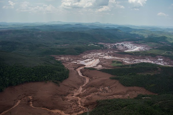 2015-11-06 Dam breaks in Brazil