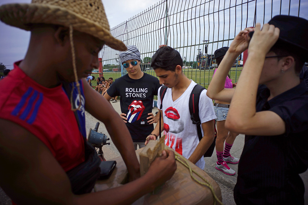 . Fans buy ice-cream as they wait outside the venue where the Rolling Stones will play their concert in Havana, Cuba, Friday, March 25, 2016. The Stones are performing in a free concert in Havana Friday, becoming the most famous act to play Cuba since its 1959 revolution.(AP Photo/Ramon Espinosa)