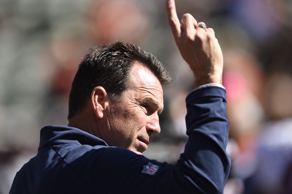 . Head coach Gary Kubiak of the Denver Broncos rounds up the boys before their game vs. the Oakland Raiders at O.co Coliseum in Oakland, Calif., October 11, 2015. (Photo By Joe Amon/The Denver Post)