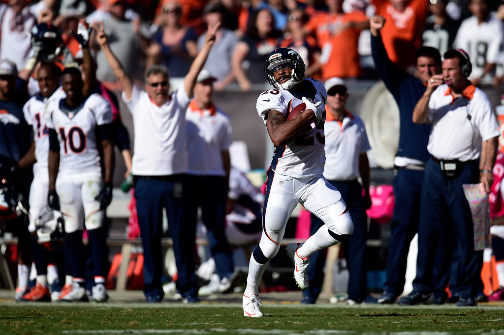 . Chris Harris (25) of the Denver Broncos returns an interception for a touchdown off of Derek Carr (4) of the Oakland Raiders during the second half of the Broncos\' 16-10 win at the O.co Coliseum. The Oakland Raiders hosted the Denver Broncos on Sunday, October 11, 2015. (Photo by AAron Ontiveroz/The Denver Post)