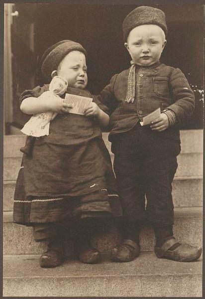 . Dutch children. (Photo by Augustus Sherman)