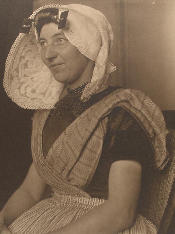 . Dutch woman. (Photo by Augustus Sherman)