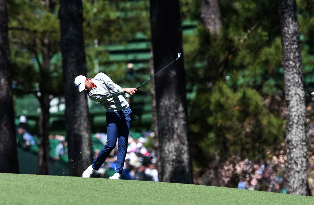 . US golfer Daniel Berger a shot during Round 3 of the 80th Masters Golf Tournament at the Augusta National Golf Club on April 9, 2016, in Augusta, Georgia. / AFP PHOTO / DON EMMERT/AFP/Getty Images