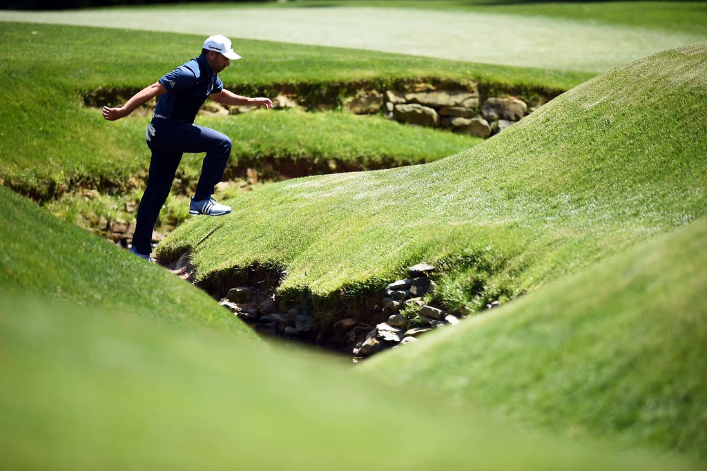 . Spain\'s Sergio Garcia crosses over a creek during Round 2 of the 80th Masters Golf Tournament at the Augusta National Golf Club on April 8, 2016, in Augusta, Georgia. / AFP PHOTO / Jim WATSON/AFP/Getty Images