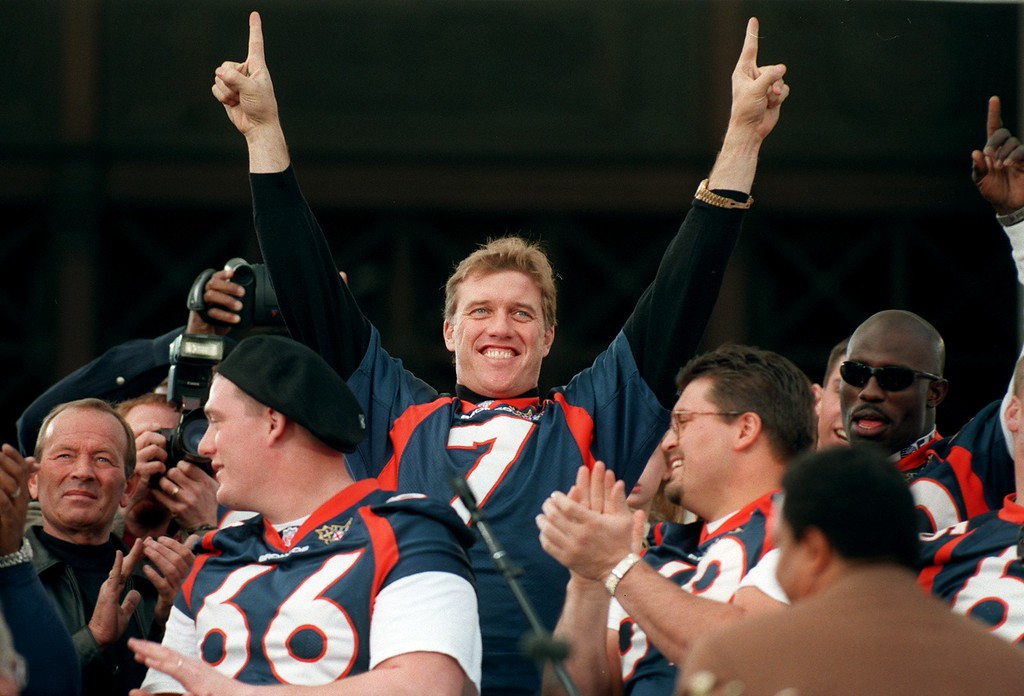 . Broncos John Elway gestures \'1\' to the crowd during the  rally at the City & County building in Denver in 1998. (Photo by John Leyba/The Denver Post)