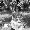 Oma Hirschberger unter einem Apfelbaum in Stockdorf - e