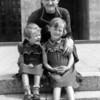 Josefine Lengle (Oma Hirschberger's Mama) mit Hertha (links) und Ursula - e