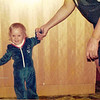 Sarah lernt laufen mit Oma in Stockdorf - e