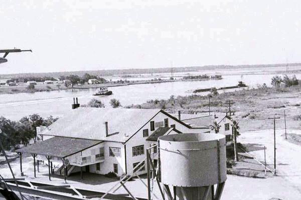 San Jacinto Inn on Houston Ship Channel in 1950s